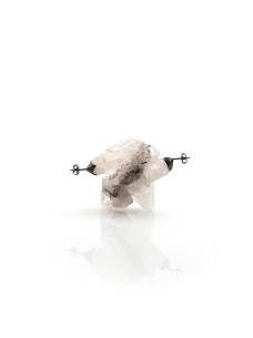 〈石焊物|Steinlöten|Stone Solder, 2016〉 王琦 Qi WANG, 石材焊接, 水晶, 银 / Steinlot, Kristall, Silber / Stone Solder, Crystal, Silver, 50 x 25 x 47 (mm)